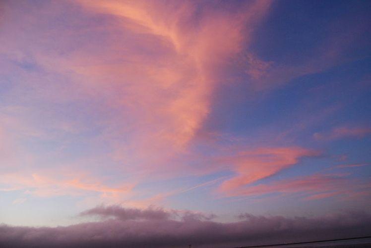 800px-Pink_cloud,_deep_blue_sky,_pale_horizon_(6994951409)